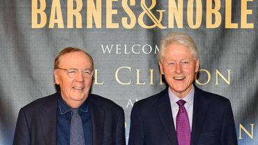 """James Patterson et Bill Clinton en dédicace pour """"The President is missing"""" en 2018."""