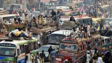 Des musulmans pakistanais s'entassent sur les toits des bus bondés, après un pèlerinage à Raiwind, le 8 novembre 2009 près de Lahore