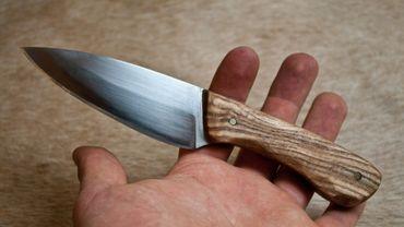 En plus d'avoir menacé sa femme, l'homme avait frappé de trois coups de couteau celui qu'il soupçonnait être l'amant de celle-ci (illustration).