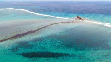 Vue aérienne du 6 août 2020 montrant les nappes de pétrole proches des côtes de l'ile Maurice