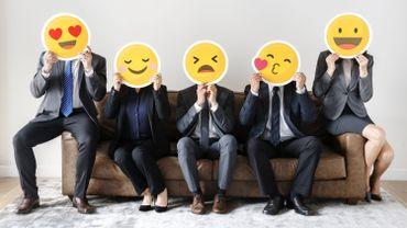 Les Français expliquent échanger régulièrement avec leurs collègues à coups de smileys jaunes, en particulier celui qui pleure de joie ou qui fait un clin d'œil.