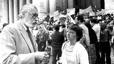 Le Dr Peers en 1981 devant le Palais de Justice de Bruxelles à l'occasion d'une manifestation liée à un procès pour avortement.