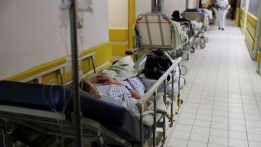 """La Croix-Rouge parle d'une """"crise humanitaire"""" dans les hôpitaux publics britanniques"""