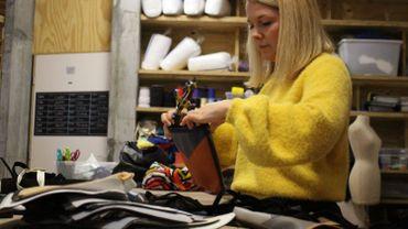 Alice dans son atelier, préparant les pochettes