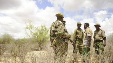 Des soldats kényans discutent avec un autochtone près de Liboi, à la frontière avec la Somalie, le 15 octobre 2011