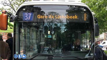L'un des tous premiers bus à avoir circulé ce lundi matin sur la ligne 37.