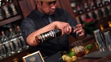 Un barman prépare un cocktail avec du rhum Havana Club Bacardi, le 3 avril 2018 à New York