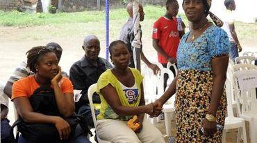 Béatrice Yordolo, dernière rescapée connue du virus Ebola au Libéria le 22 mars 2015 avec sa famille lors d'une visite de la responsable de l'Organisation mondiale de la Santé (OMS) pour l'Afrique Matshidiso Moeti à Zuma