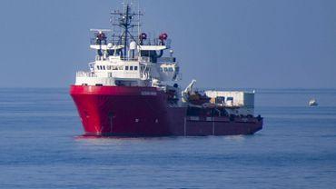 """Le navire humanitaire Ocean Viking """"en état d'urgence"""" en Méditerranée avec 180 migrants à bord"""