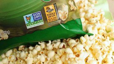 Une étiquette sur un sachet de pop corn indique qu'il s'agit de maïs non OGM, à Los Angeles, le 19 octobre 2012