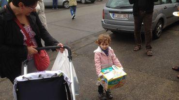 Des citoyens sont venus déposés des jouets, des vêtements, mais aussi des langes pour aider les réfugiés à Belgrade.
