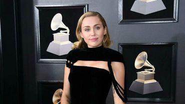 Miley Cyrus pousse la chansonnette pour les fêtes avec Sean Lennon et Mark Ronson.