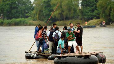 Des migrants du Guatemala sur un radeau de fortune tentent de traverser le fleuve Suchiate pour atteinddre Ciudad Hidalgo, le 22 juillet 2019 au Mexique