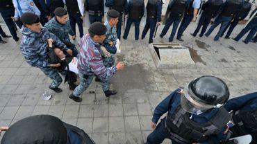 Des policiers kazakhs arrêtent des manifestants de l'opposition, le 9 juin 2019 à Nur-Sultan, alors que le pays tient ses premières élections sans l'ancien président Noursoultan Nazarbaïev
