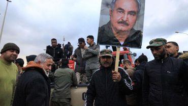 Des manifestants brandissent la photo du maréchal Khalifa Haftar,