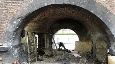 En creusant le sol sous la Halle al'chair de Namur, les archéologues de l'Agence wallonne du patrimoine retrouvent les traces d'un atelier de boucherie vieux de 500 ans.