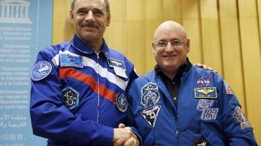 Le cosmonaute russe Mikhail Kornienko et l'astronaute américain Scott Kelly posent après leur conférence de presse, le 18 décembre 2014 à Paris