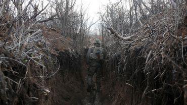 Un soldat ukrainien dans une tranchée  dans la région de Lugansk, le 9 avril 2021.