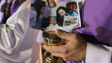 Un prêtre vénézuelien tient une photo de Hugo Chavez
