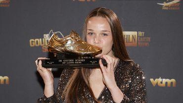 Tine De Caigny pose avec son Soulier d'Or, dont elle est lauréate pour la première fois