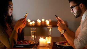 Une étude montre les effets néfastes des smartphones sur les interactions humaines lorsque l'on est à table.