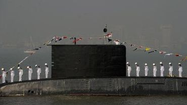 Des marins indiens lors de la revue d'un sous-marin à Bombay, le 20 décembre 2011