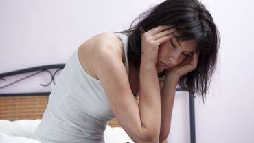Parmi les symptômes figure une forte céphalée.