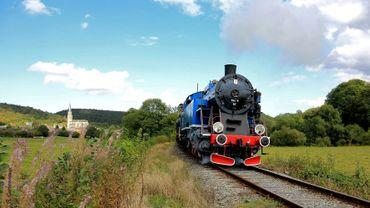 Profitez d'un voyage dans le temps à bord d'un véritable train à vapeur qui vous mènera à la découverte des Vallées du Viroin et de la Haute-Meuse, en Belgique.