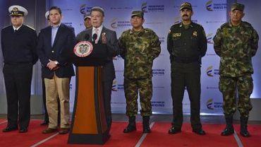 Photo fournie par les services de la présidence colombienne montrant le président Juan Manuel Santos (derrière un pupitre) lors d'une conférence de presse à Bogota le 22 mai 2015