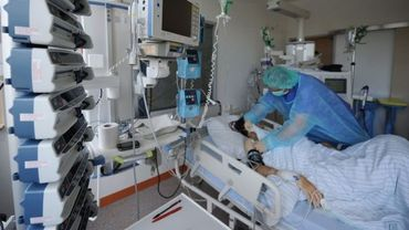 Une infirmière prodiguant des soins dans un hôpital. (illu)