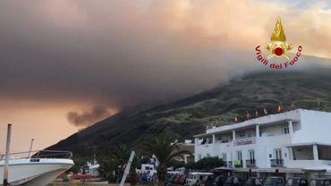 Selon des médias italiens, des touristes ont fui les côtes de l'île après l'éruption.