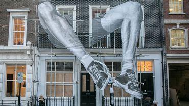 """Lazinc dévoile une installation de sept mètres de la série """"Giants"""" par l'artiste français JR, devant la façade de sa nouvelle galerie de Mayfair (Londres)"""