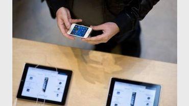 Un client dans un magasin Apple le 21 septembre 2012 à Paris