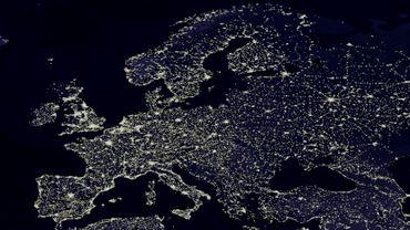 L'Europe vue du ciel pendant la nuit