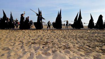 """Procession de la confrérie du """"Christ Salvateur"""", sur une plage de Valence"""