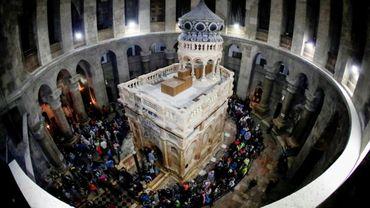 Le tombeau où le Christ a été enterré selon la tradition, paré de ses nouvelles couleurs dans l'église du Saint-Sépulcre à Jérusalem, le 21 mars 2017