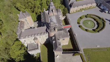 Le château de Modave a été construit au 13ème siècle sur un piton rocheux qui, du haut de ses 60 mètres, domine la jolie vallée du Hoyoux.