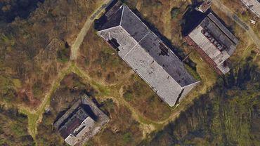 Vue aérienne des bâtiments abandonnés sur le site de Forte-Taille à Montigny-le-Tilleul