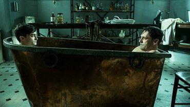 """Daniel Radcliffe et Jon Hamm se confrontent dans la peau du même personnage dans """"A Young Doctor's Notebook"""""""