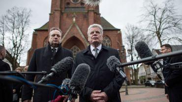 Le président allemand Joachim Gauck rendant hommage aux victimes du crash