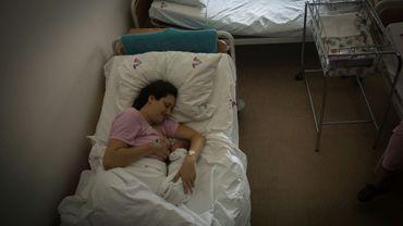 Une mère allaite son enfant dans une maternité à Belgrade, le 31 juillet 2018