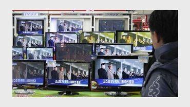 Un Sud-Coréen regarde à la télévision l'annonce de la mort du dirigeant nord-coréen Kim Jong-Il, le 19 décembre 2011 à Séoul