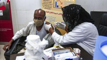 """La lenteur de la vaccination en Afrique s'explique par """"des problèmes de pénurie, de financement, un manque de personnel qualifié"""" selon l'OMS."""