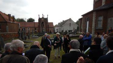 Un ministre en promenade dans le cimetière de Beauvechain.