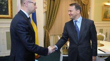 Le chef de la diplomatie polonaise Radoslaw Sikorski (D) reçu par le Premier ministre ukrainien Arseni Iatsenouk le 15 mai 2014 à Kiev