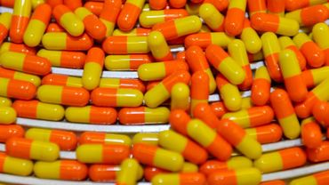 Des capsules de médicaments sur une ligne de production