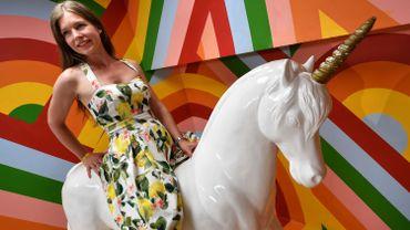 Lilla Gangel, fondatrice du 'Selfie Museum' se photographie sur une licorne.