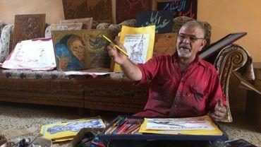 L'Irakien Mostafa montre ses dessins lors d'une interview avec l'AFP, le 23 mai 2017 ) Hamman al-Alil, au sud de Mossoul