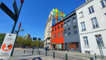 Une fresque de l'artiste croate ojoMAGico, de son vrai nom Jadranka Lackovic, a été inaugurée vendredi, quai de la Houille dans le centre de Bruxelles