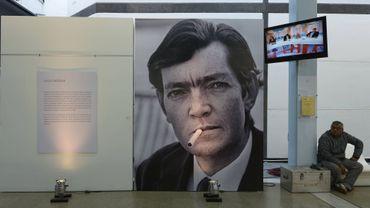"""Un portrait de l'auteur argentin Julio Cortazar déployé pour célébrer le 50e anniversaire de la première édition de """"Marelle"""" (""""Rayuela""""), parue en 1963"""